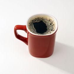 Punaisessa mukissa vasta keitettyä kahvia.
